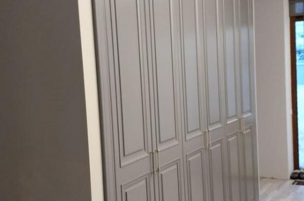 Шкаф в нишу на 3 отсека