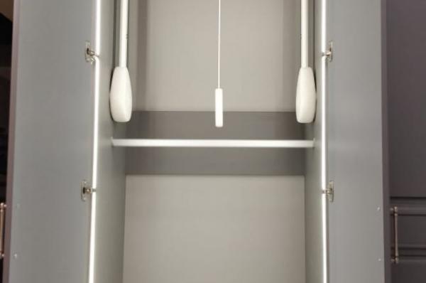 Шкаф с подсветкой и пантографом