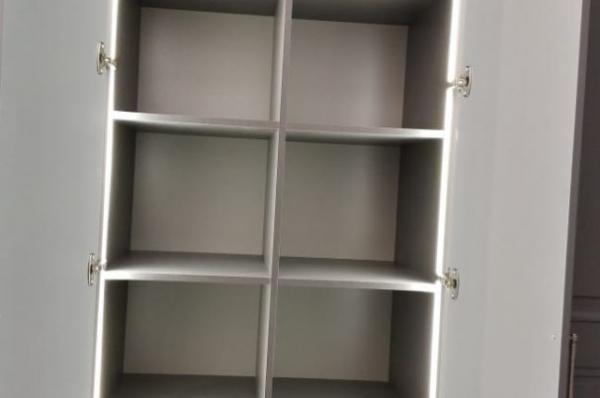Шкаф с полками и подсветкой