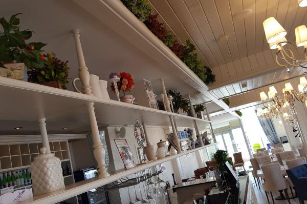 Декоративные полки и отделка потолка