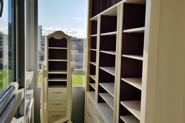 Общий вид гардеробной на балконе