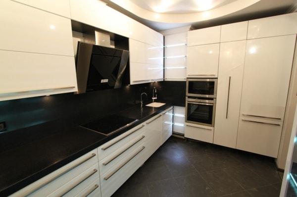 Глянцевая кухня с искусственным камнем