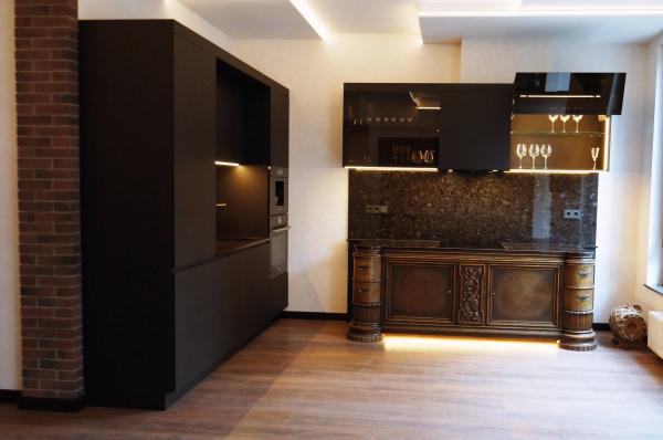 Вид на кухню с открытыми фасдами