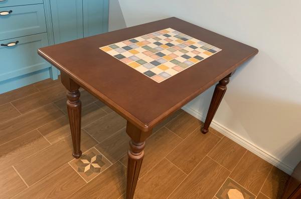 Стол с плиткой из массива
