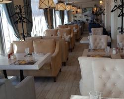 На фото выполненные столешницы и отделка интерьера в ресторане