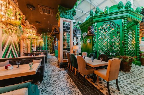Отделка интерьера ресторана, рамы и огромная беседка для компании